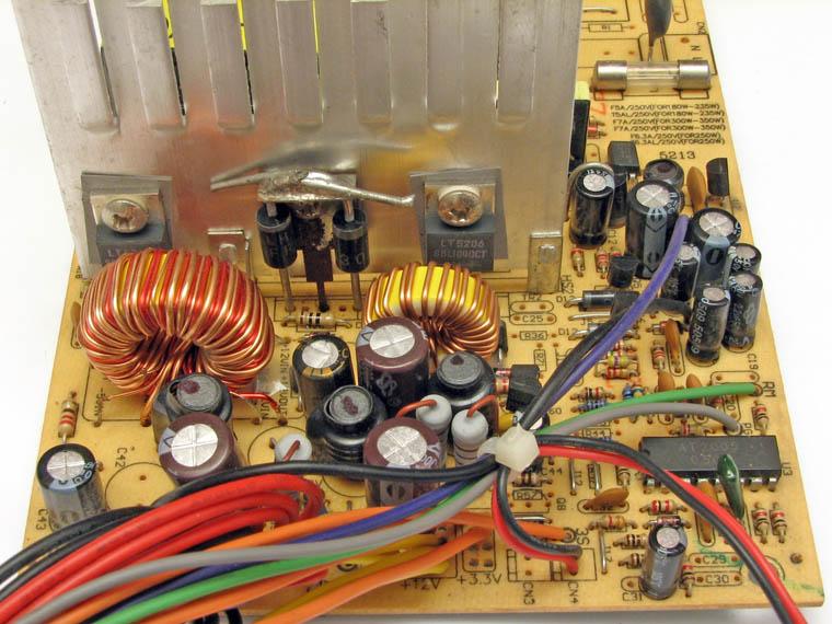 Низковольтная часть блока питания. Вторичные выпрямители, электролитические конденсаторы и дроссели, некоторые из них отсутствуют.
